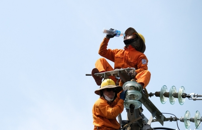 Blue-collars brace scorching weather to earn livelihoods