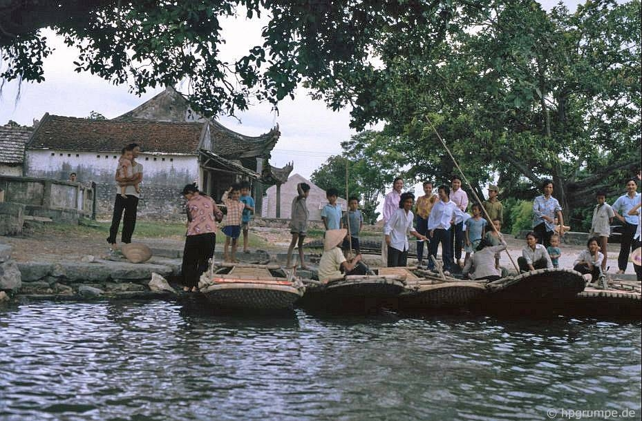 Tam Coc tourist wharf in 1991. At this time, people already severed the ferry service, with basket boats were used to carry tourists from and to Tam Coc - Bich Dong