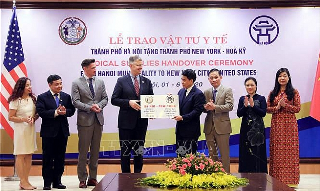 hanoi donates 2 tons of face masks to new york city