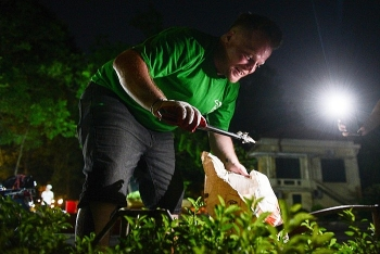 dust knight american teacher spends four years collecting garbage on hannoi streets