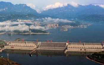 china massive flood update three gorges dam leaked moved and distorted but safe