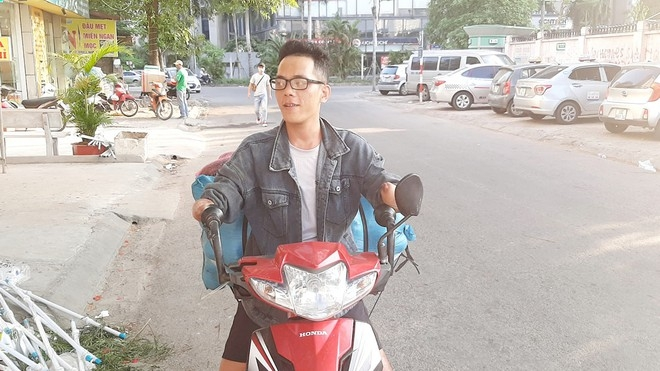 armless man rides motor over 200km every month to catch his wife