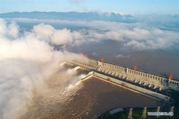 china massive flood update floodwater discharged from three gorges dam images