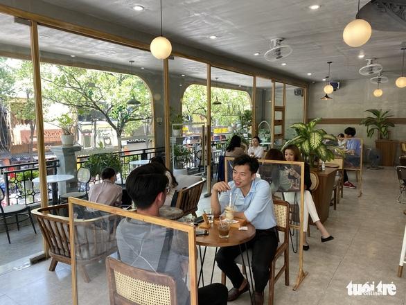 Hanoi Suspends In-door Catering Services, Barbershops Again