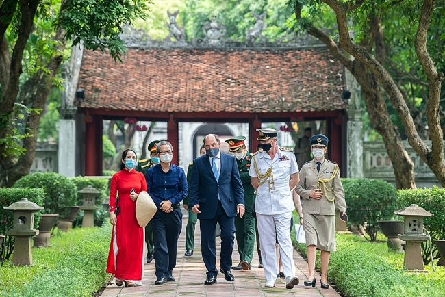 In Photos: UK Defense Secretary Visits Temple Of Literature