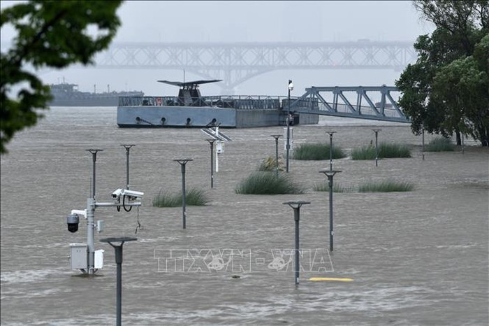 Water stays at a high level in Jiangsu River, China
