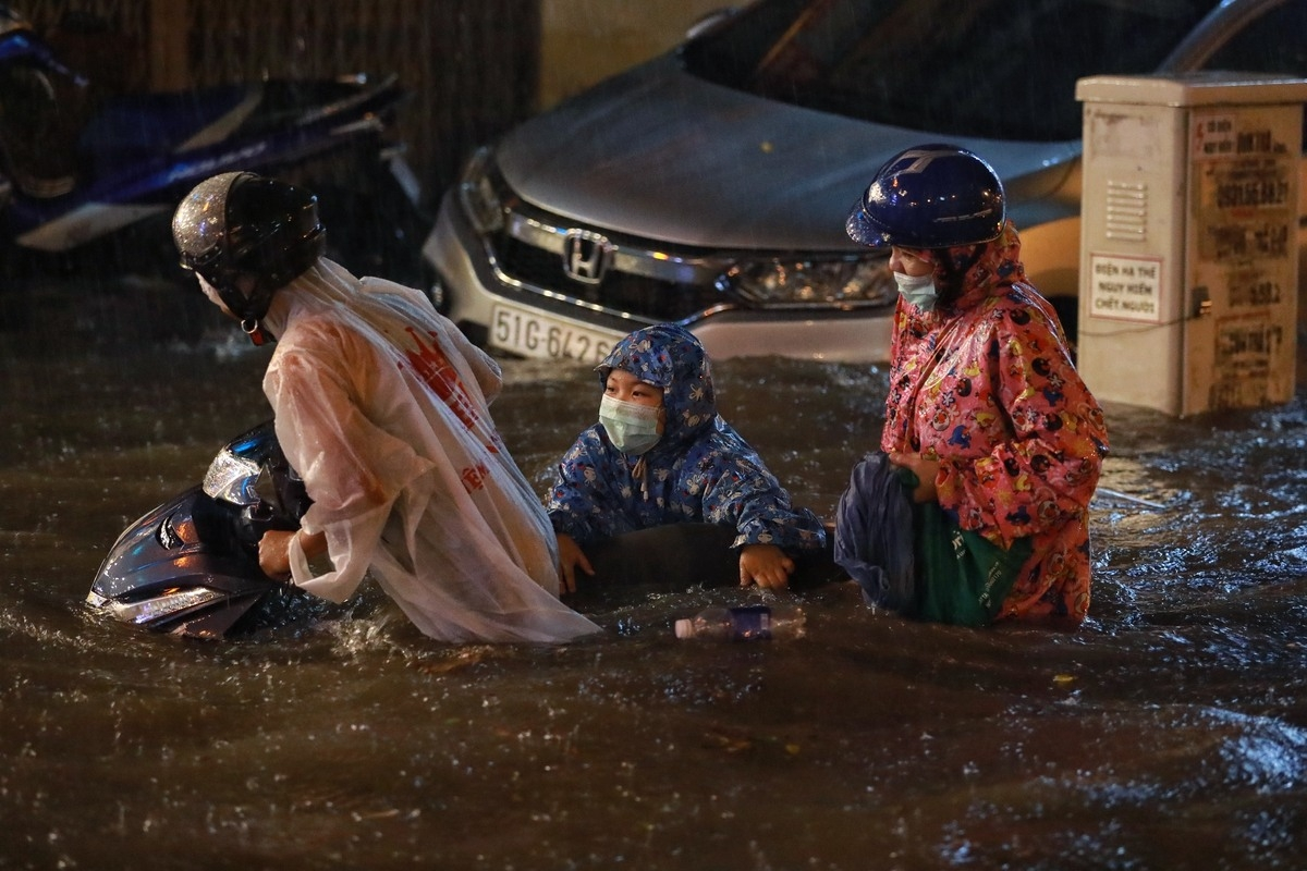 Torrential rain inundates Ho Chi Minh City's streets, disrupts daily lives