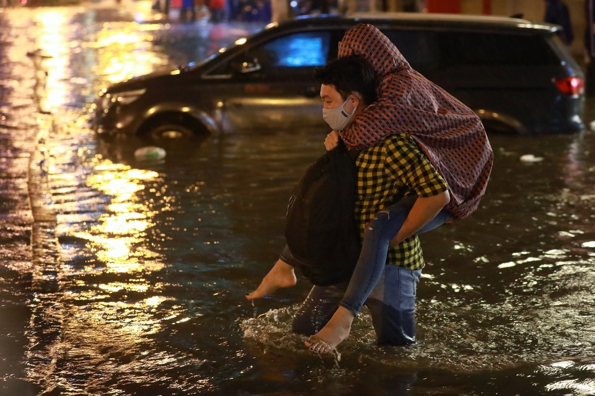 torrential rain inundates ho chi minh citys streets disrupts daily lives