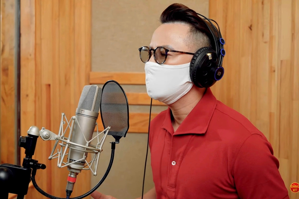 Singer hoang bach wears face mask while singing the song