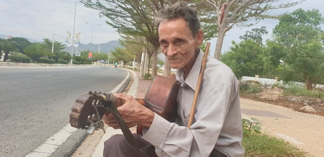 blind beggar asking for money almost 60 years to raise children
