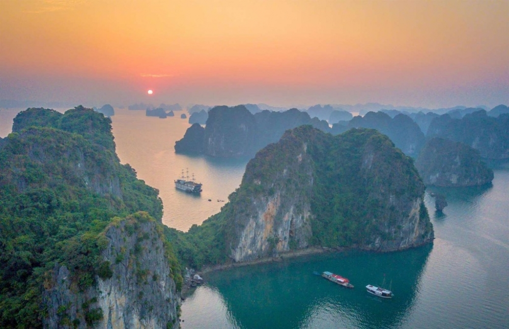british newspaper speaks highly of vietnams golden bridge and ha long bay