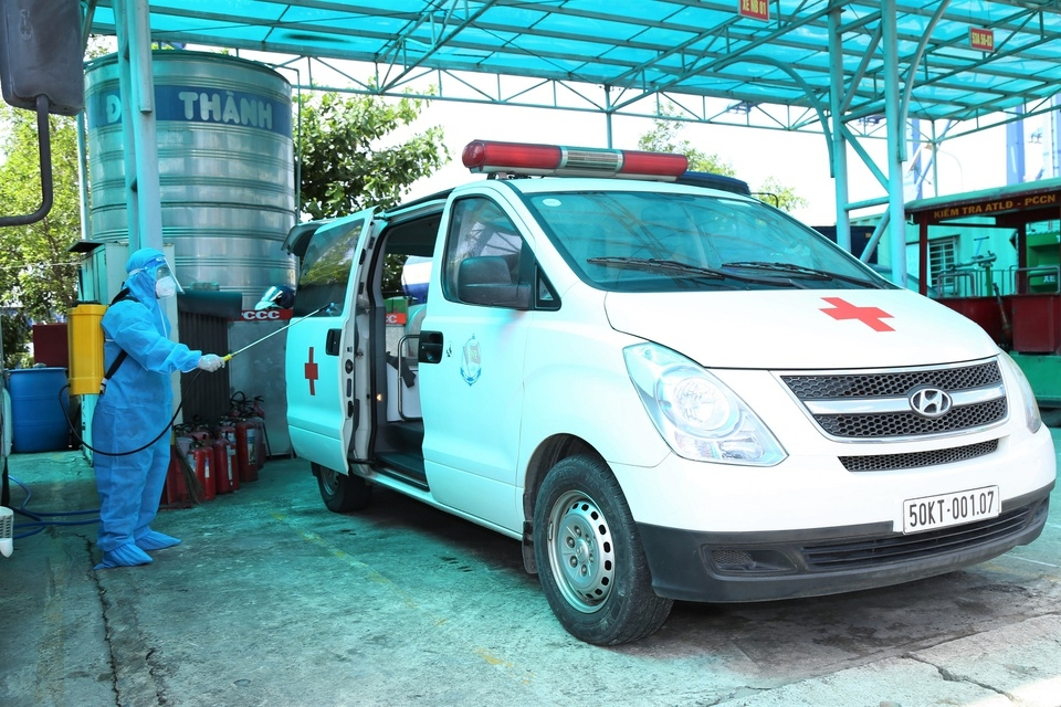 Amblulance Drivers in HCMC Brave Danger to Ferry Covid Patients