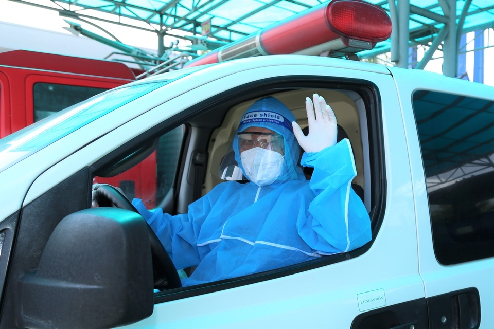 Amblulance Drivers in HCMC Brave Danger to Help Covid Patients