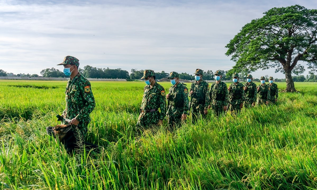 Vietnamese, Cambodian Border Guards Join Hands in Covid Fight