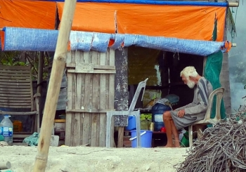 foreigner stranded in vietnam got support from old poor vietnamese couple