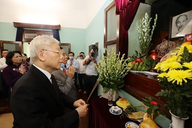 Party General Secretary and President Nguyen Phu Trong burns incense in tribute to late President Ho Chi Minh at House No 67