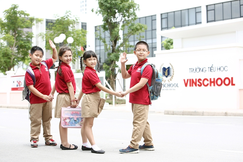 A group of primary students standing in front of Vinshool