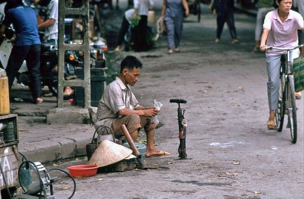back in time with invaluable photos of hanoi in 1990s
