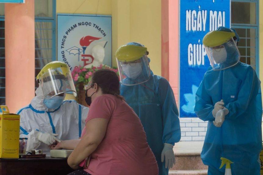 A foreign resident of Da Nang takes a coronavirus test.(ABC News: Hugh Bohane)