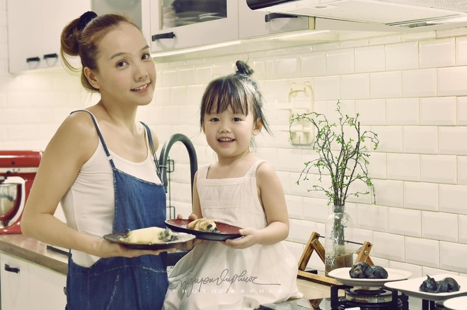 Oanh (L) and her little daughter