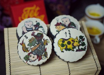 2 Traditions in 1: Baker Creates Folksy Dong Ho Paintings on Delicious Mooncakes