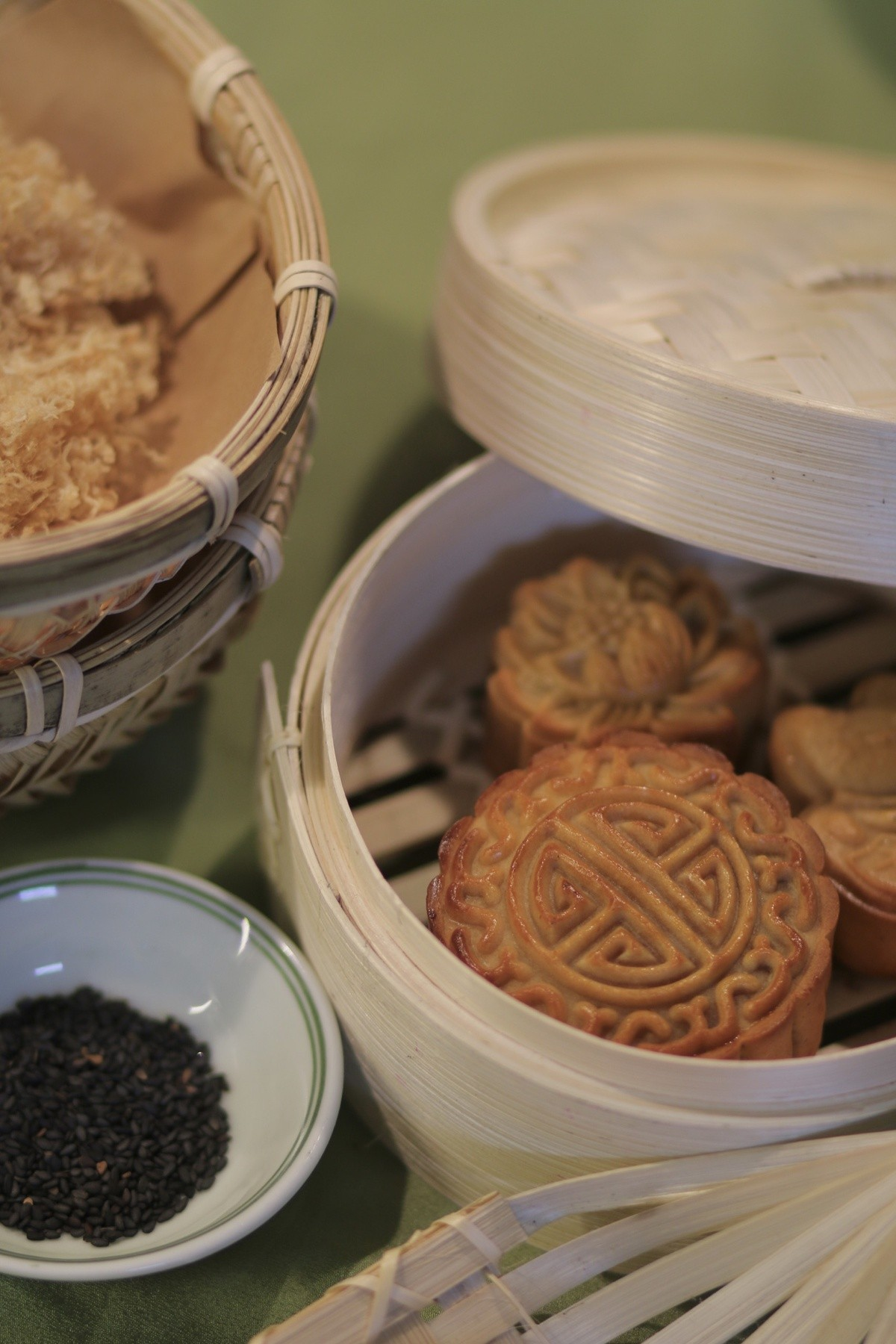Vietnamese Youngsters Bake Mooncakes during Social Distancing
