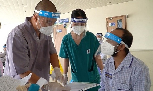 Foreign Patients Thank Vietnamese Doctors at COVID-19 Resuscitation Hospital