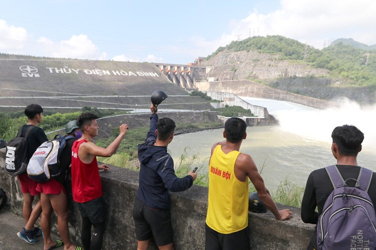 Crowds of people flock to Hoa Binh Hydropower to watch flood release