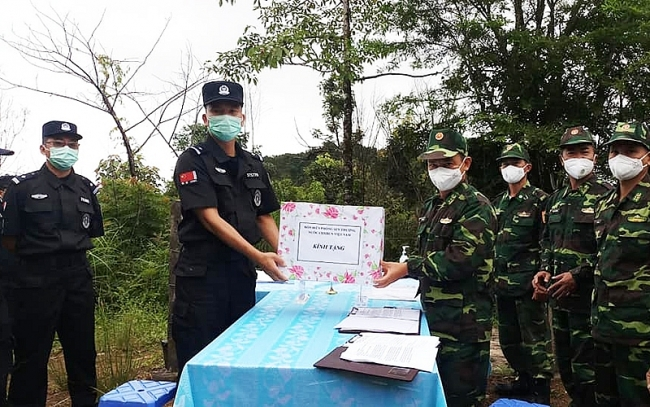 Dien Bien border guard strengthens cooperation with China's JiangQing