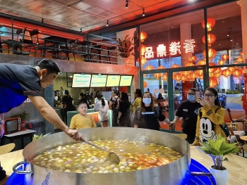 giant sweet soup pot atop aquarium in hcmc grabs attention
