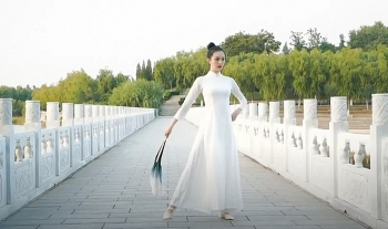 miss earth 2020 chinese candidate wears outfit resembling vietnamese ao dai in talent competition