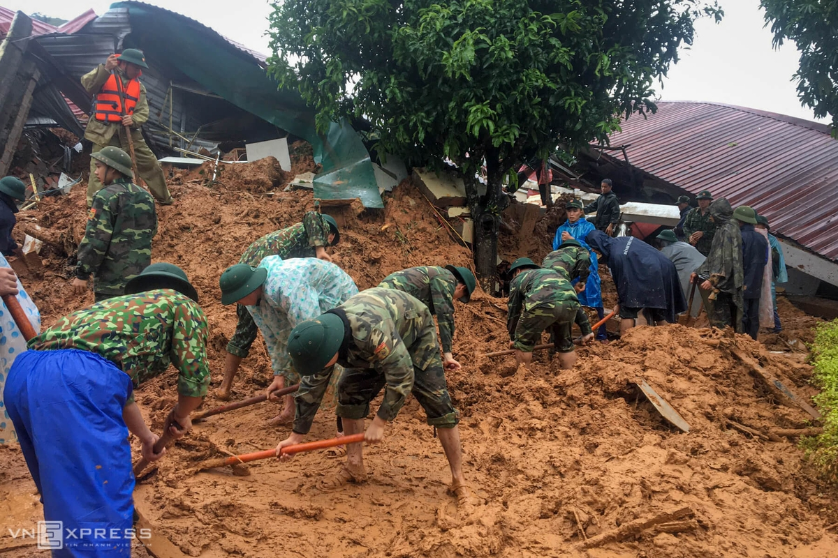 flooding in central vietnam 122 people dead and missing