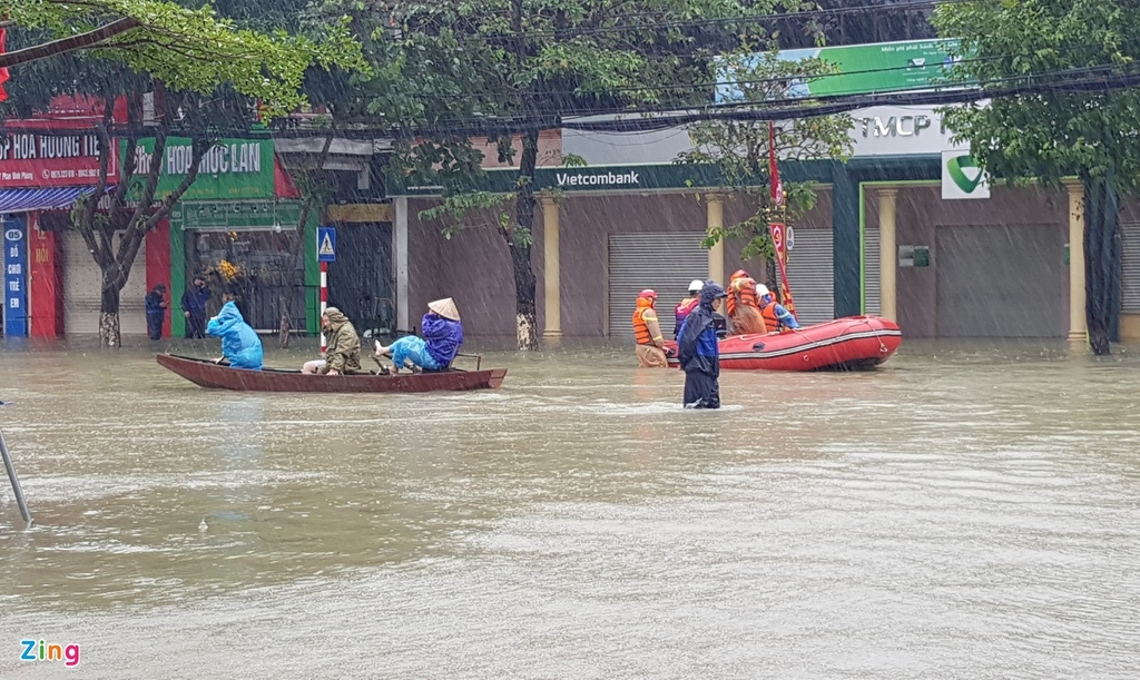 People riding on boat to evacuate (Photo: Zing News)