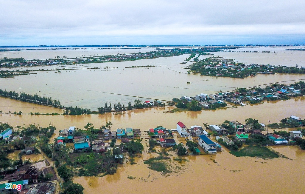 Flooding triggered by heavy downpours has submerged thousands of houses in the central province of Thua Thien Hue (Photo: Zing News)