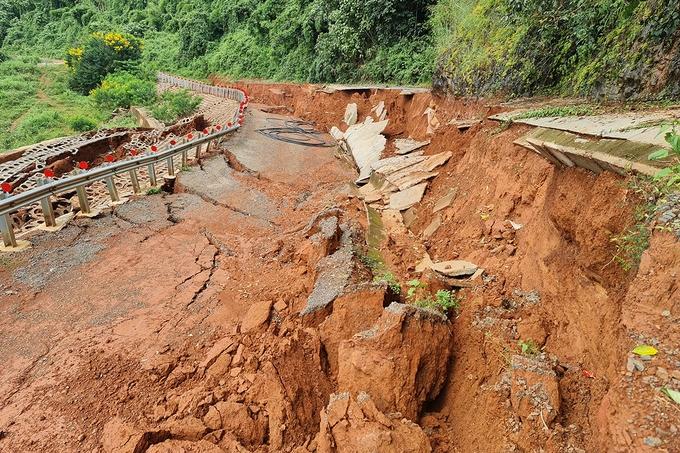 Roadways are heavily damaged by floods and landslides (Photo: VNE)