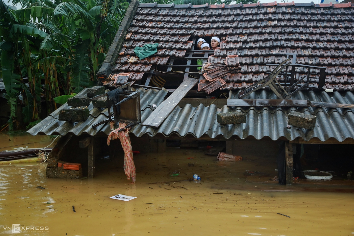 A family helding a funeral during the flood (Photo: VNE)