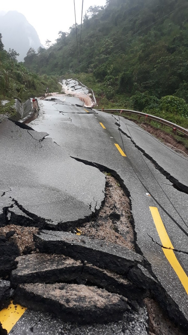 Roadways are badly damaged (Photo: Bao Dan Sinh)