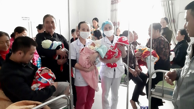 18 healthy babies were born in two days in Cam Xuyen General Hospital amidst heavy flood (Photo: Thanh Nien)