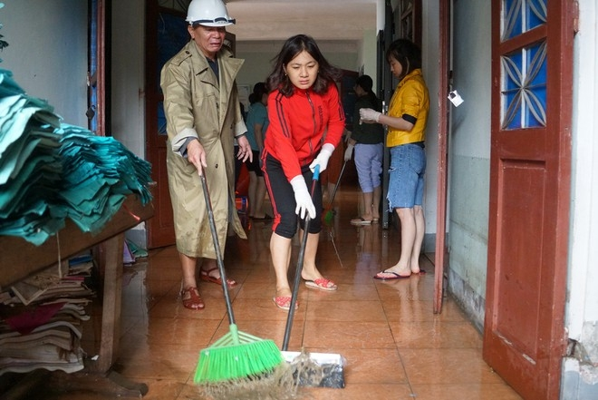Hospital staff cleaning the facility (Photo: Thanh Nien)