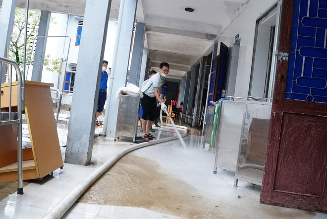 Flood in Central Vietnam: 18 expectant mothers give birth in inundated hospital