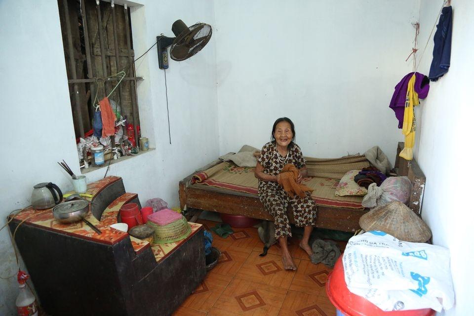 Grandma Thu at her house (Photo: Dan Viet)