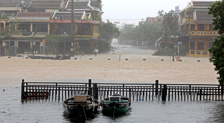 Flood in Central Vietnam: 26 fishermen went missing, 2 boats sunk