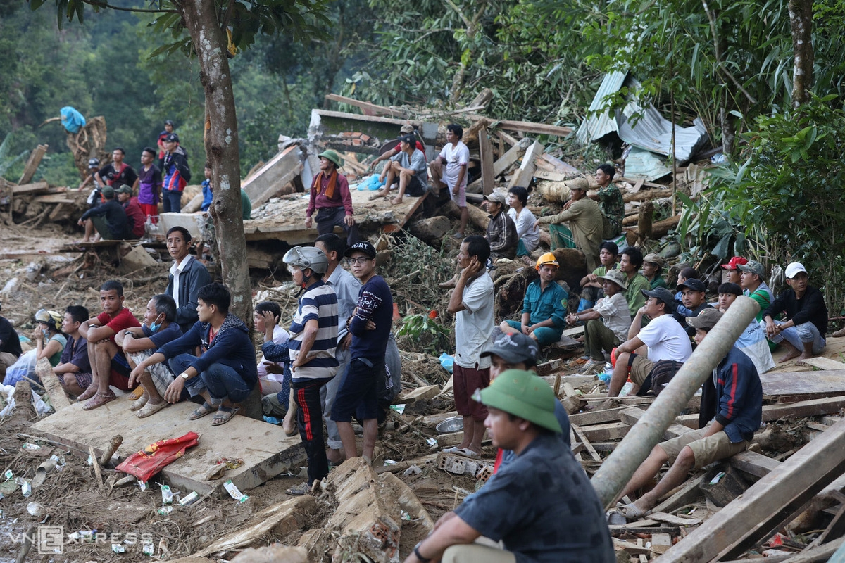 People searching for landslide-buried locals (Photo: VNE)