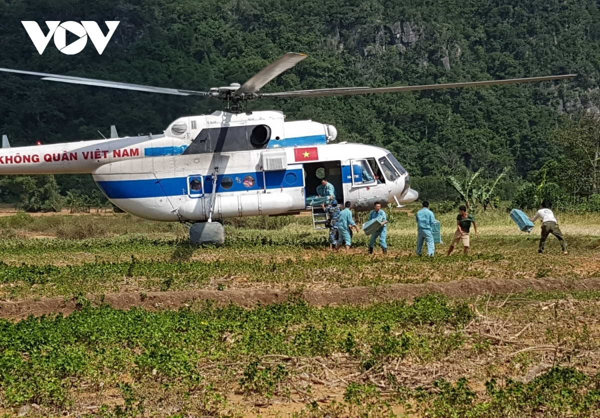 Air transport is considered the quickest and most effective way to deliver supplies to thousands of people in distress in the two communes cut off by floodwaters and landslides. (Photo: VOV)