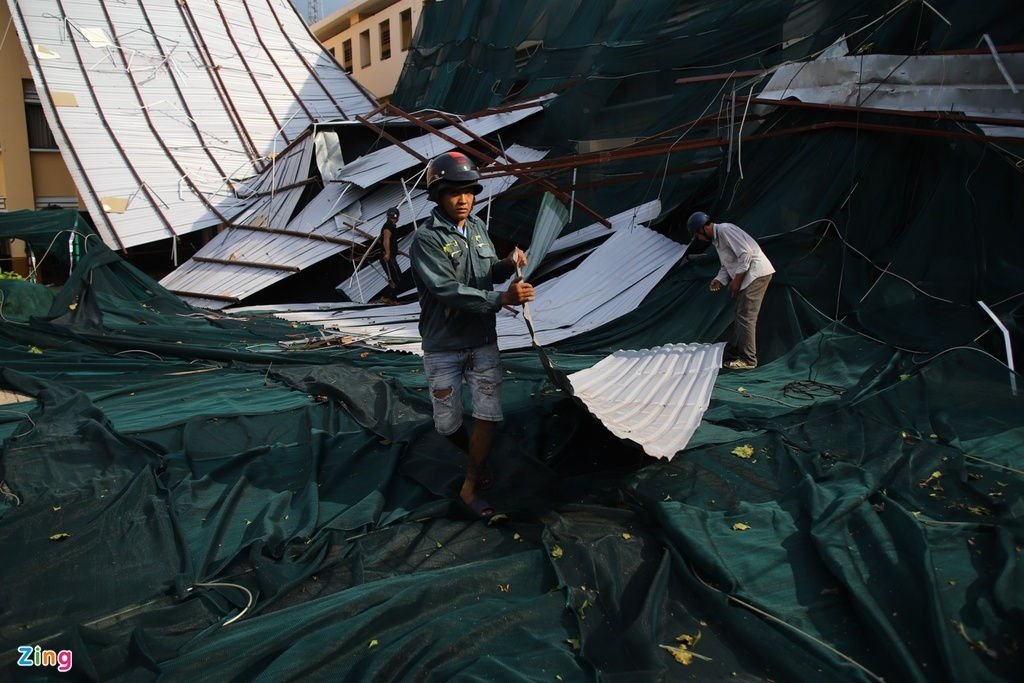 Flood in Central Vietnam: HCMC's school roof blown off due to eavy storm