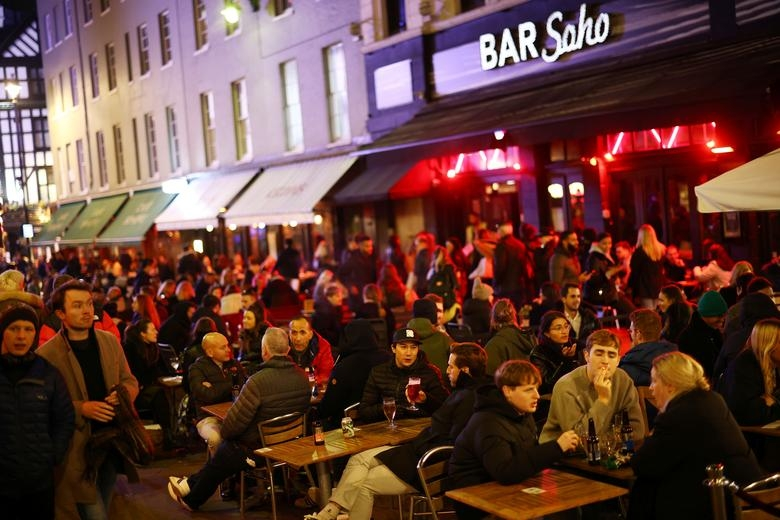 Londoners hit the bar before the second lockdown (Photo: Reuters)