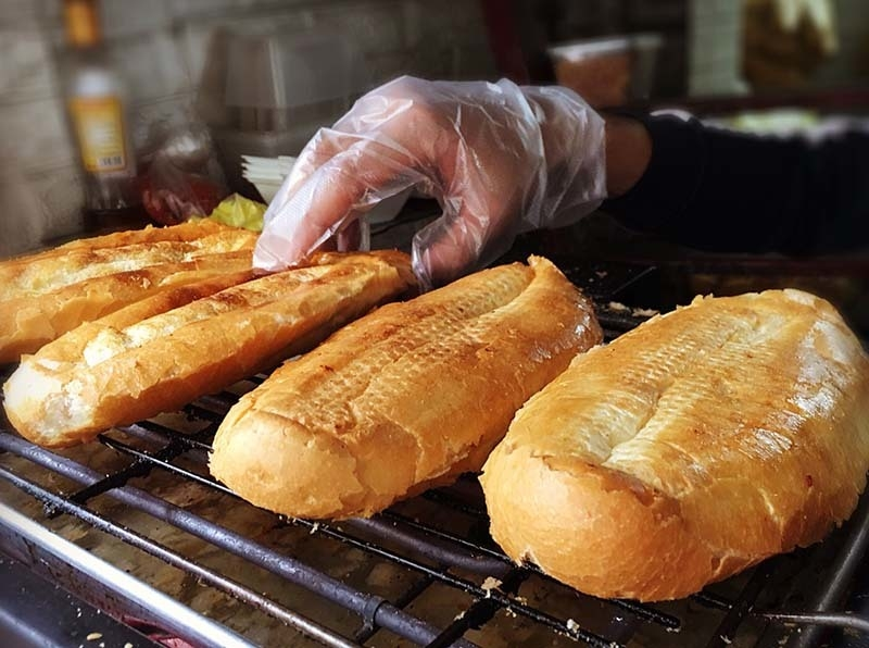 Scrumptious grilled bread with salt and chili in Hanoi