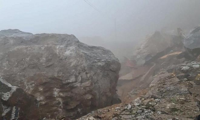 Video: Giant rock falls blocking transportatoin in Central Highlands