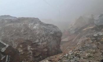 video giant rock falls blocking transportatoin in central highlands