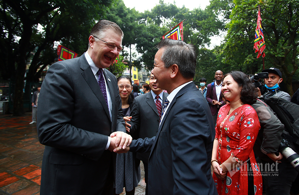 The visit to the historic site aims to show respect for Vietnamese culture, including the nation's traditional fondness for learning, while boosting mutual exchanges. (Photo: Vietnamnet)